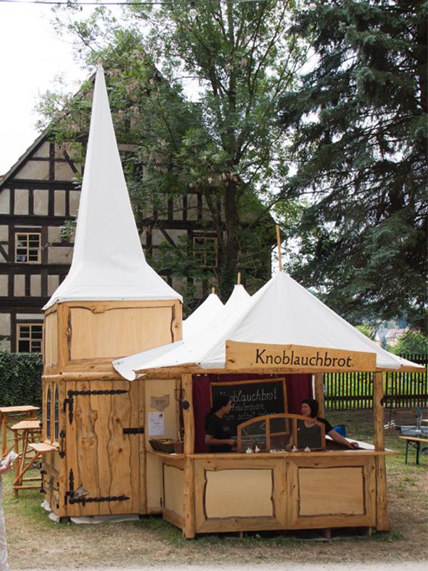 Knobistand zum Tanz&Folk Festival im Heinepark vor den Bauernhäusern